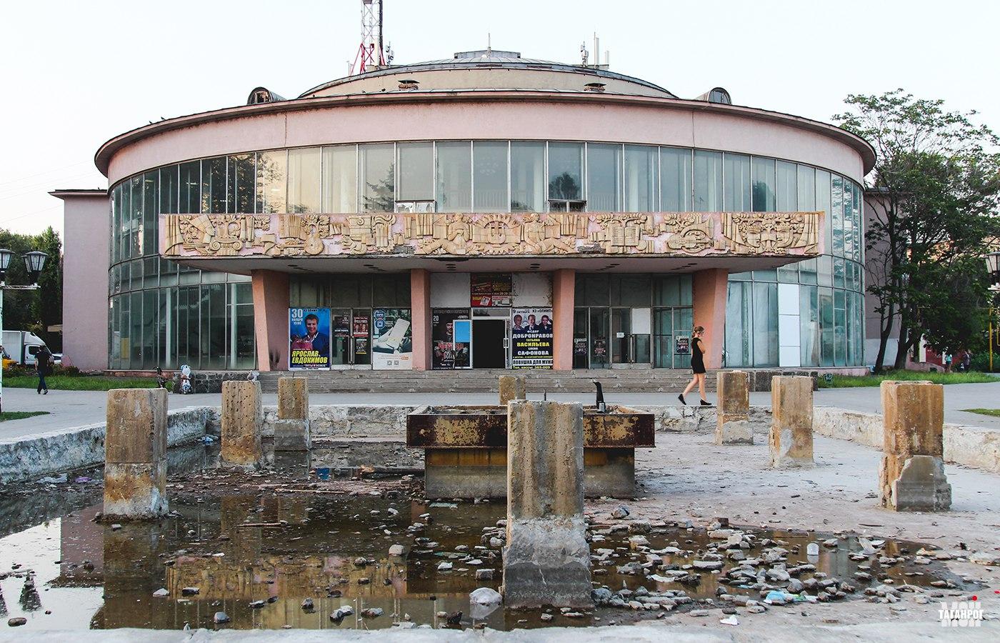 Вид на здание ДК Ленина и фонтан