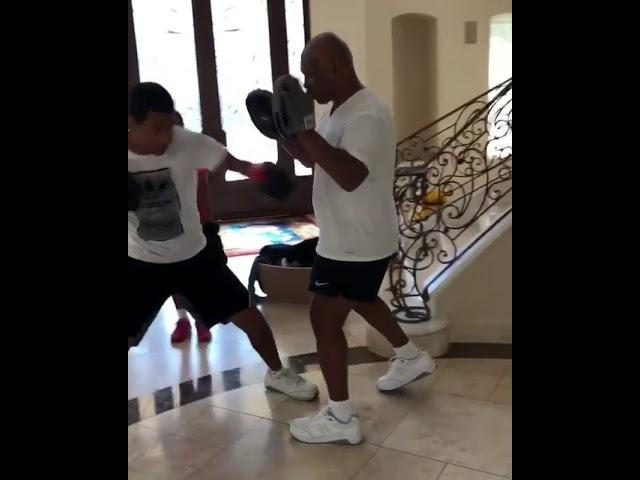 Майк Тайсон тренирует своего сына / Mike Tyson trains his son