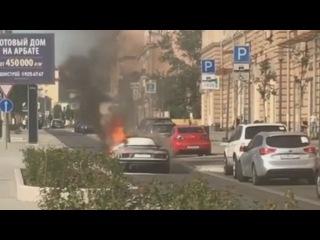 Спорткар Audi R8 загорелся в центре Москвы сегодня