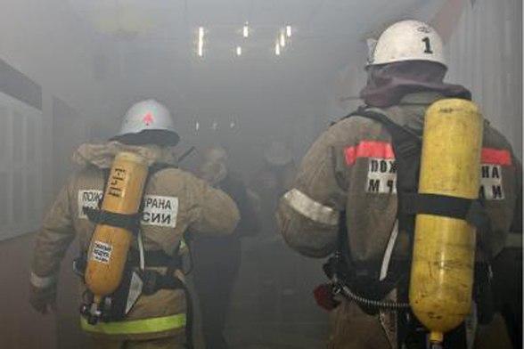 В Мурманске 11 пожарных тушили двухэтажную деревяшку