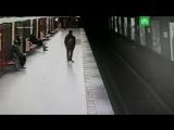 2-летний ребенок спрыгнул на рельсы в метро
