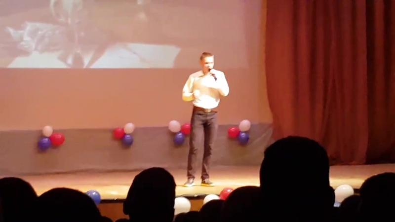 Импозантный Витюша рассказывает стих и завораживает курсантов без смс и регистрации
