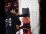 Отработка техники ножа на деревянном манекене МУНГ-ДЖУНГ. Демонстрирует Инчхонский мастер кёксуль-до Нам Ки Сук (8 дан).