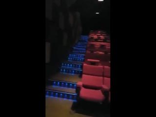 Deliha filminin oynatıldığı bir salon... KAın bana kazandırdığı, iyi ki dediğim arkadaşım sırf meraktan girmiş salonda kaç kisi