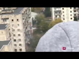 В Тбилиси уже почти сутки спецназ штурмует квартиру с неизвестными боевиками