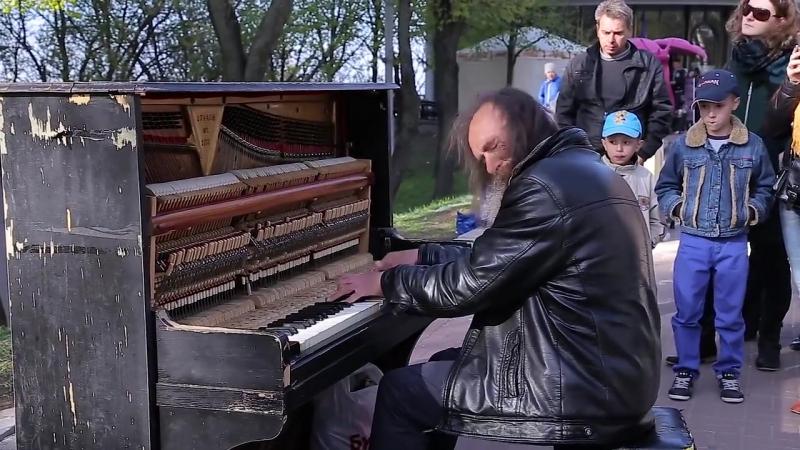 Уличный пианист, музыка для душ. Это было на Вербное Воскресенье возле Михайловского собора. Это было нечто! даже детки (2 и 3 г