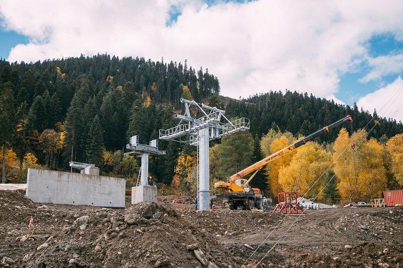 В Архызе завершается монтаж первой секции новой канатной дороги