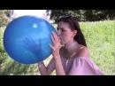 Looner Imke setzt sich auf einen Widerstand leistenden blauen Luftballon bis er platzt - S2P