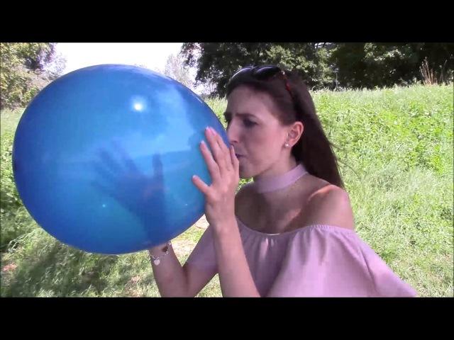Looner Imke setzt sich auf einen Widerstand leistenden blauen Luftballon bis er platzt S2P