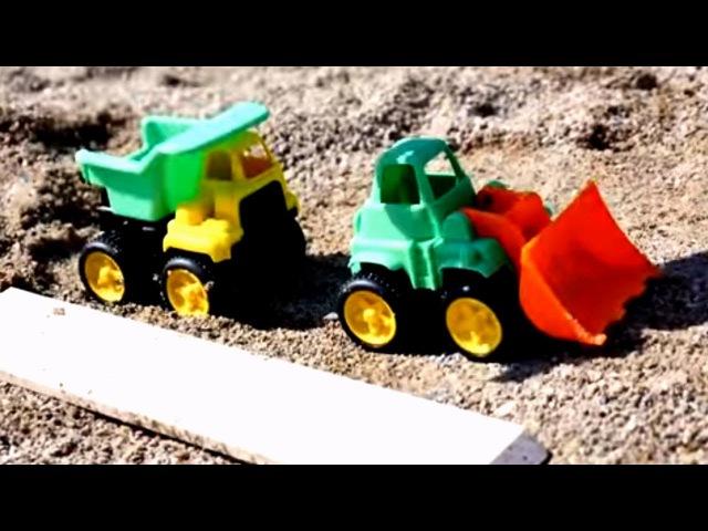 Строим детскую площадку с Машинками на пляже. Детское видео