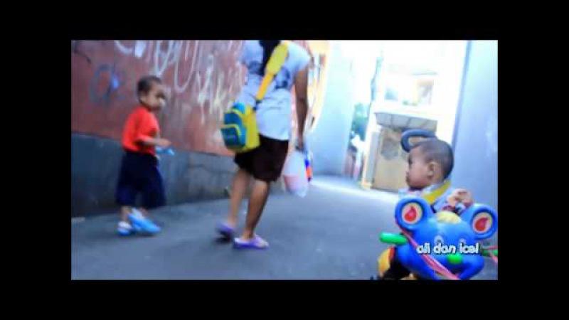Bayi lucu ali dan icel naik sepeda roda tiga bermain sa'at sore - baby playing bicyle