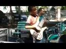 Парень басист! Кто дал ему в руки бас-гитару Он красавец!