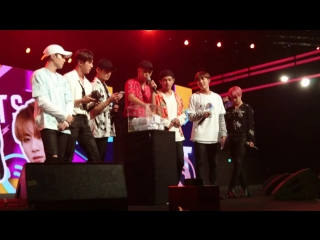 `fancam` 170804 bangtan - pick lucky fans @ music bank in singapore.