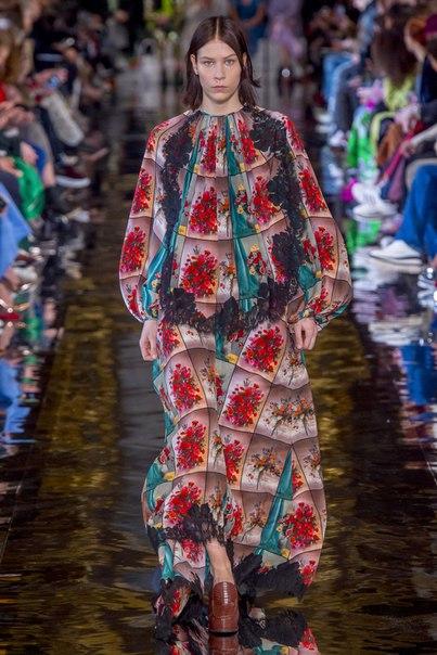 Многослойные кружевные платья и множество обуви и аксессуаров — все, разумеется, ecо-friendly, в осенней-коллекции Stella McCartney