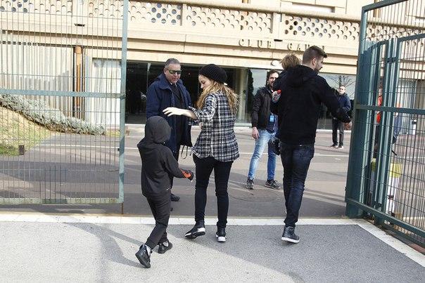 Семейный выход: Шакира и Жерар Пике с детьми в Барселоне