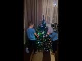 дети ёлку наряжают