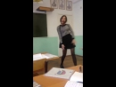 Девушка потрясно танцует в классе