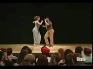 Иранский парень танцует с Дженифер Лопес