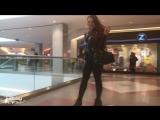 Девушка в латексе гуляет по торговому центру