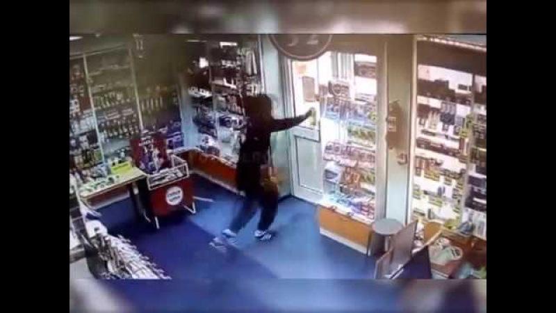 В Тольятти на видео попал неудачливый грабитель аптеки