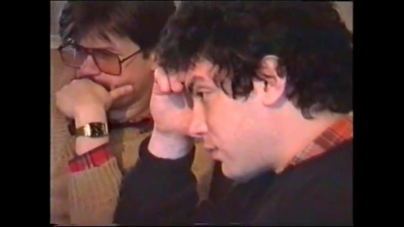 Борис Немцов, его жена Раиса и дочь Жанна слушают его выступление по ТВ. Предп. март 1991.