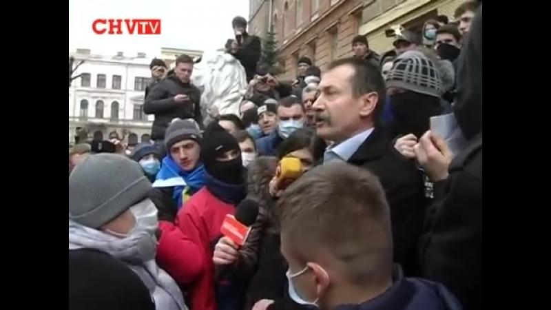 Черновцы. 19 февраля, 2014. От губернатора требуют отставки.