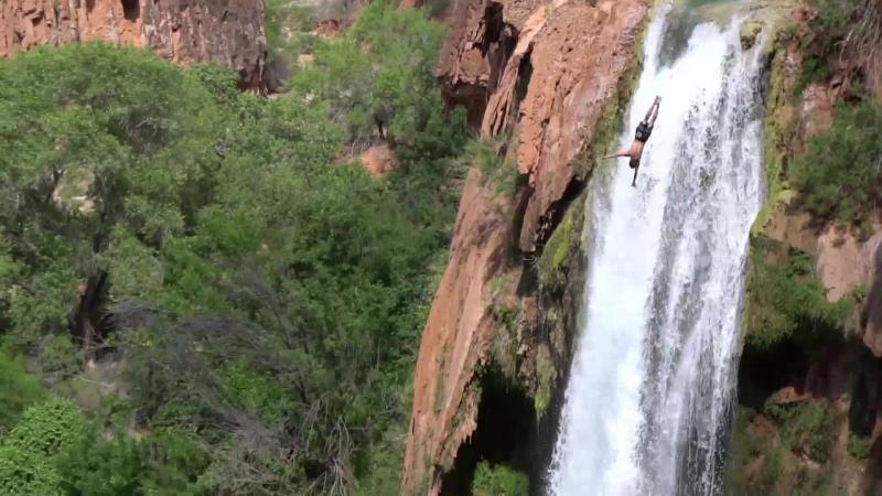 Парень прыгнул с 35-метрового водопада в память о погибшем в том же месте друге