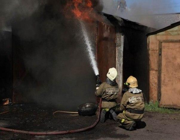 В Мурманске 12 пожарных тушили гараж и эвакуировали автомобиль
