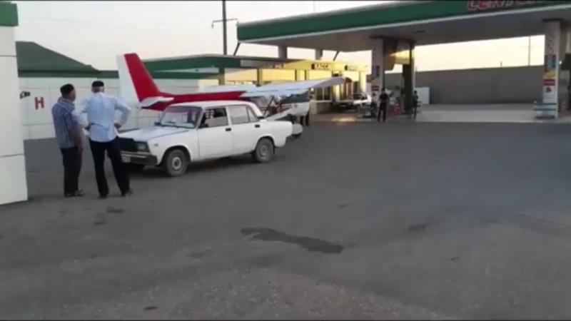 Pilot will Flugzeug auf befahrener Straße starten und dami