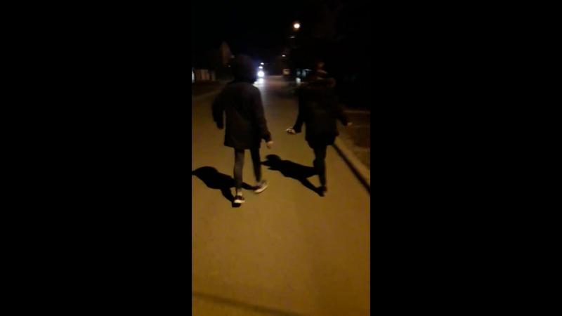 брат и сестра так ходят