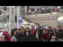 Мәскеу әужейындағы іш пыстыратын кезекті көңілді өткізу үшін қазақ жастары ән салды Жолаушыларға қатты ұнапты