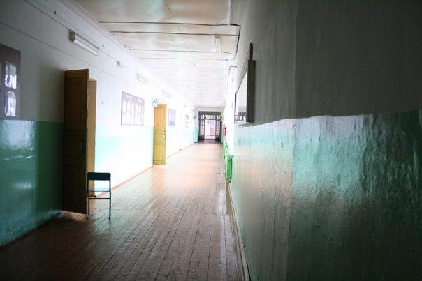 В целях проветривания-ли, в целях открытости, но учителя часто открывают свои кабинеты на весь урок. И только когда что-то важное происходит, а в коридоре становится слишком шумно её закрывают.  Дверь слева — кабинет изобразительного искусства. Слева информация о лучших учениках (я к ним не отношусь), справа ниша для спортивных кубков школы, их скопилось довольно много и коллекция иногда пополняется, но не всеми новыми кубками, насколько мне известно.  14 ноября 2017