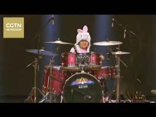 8-летняя китайская барабанщица Чжан Вэйю исполнила песню из известного индийского фильма «Дангал (Dangal)»