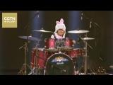 8-летняя китайская барабанщица Чжан Вэйю исполнила песню из известного индийского фильма Дангал (Dangal)