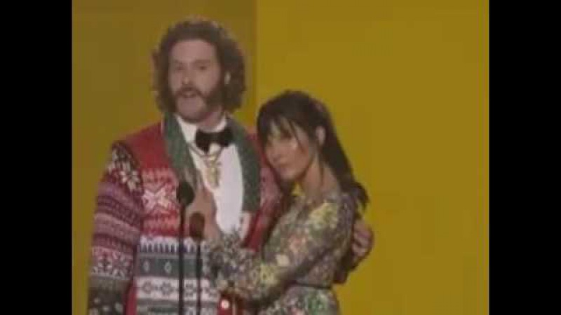 Olivia Munn T.J. Miller Make Hilarious Duo While Presenting At AMAs 2016 - Watch!