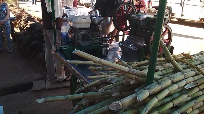 Соковыжималка в Индии.Импровизированный джус-центр