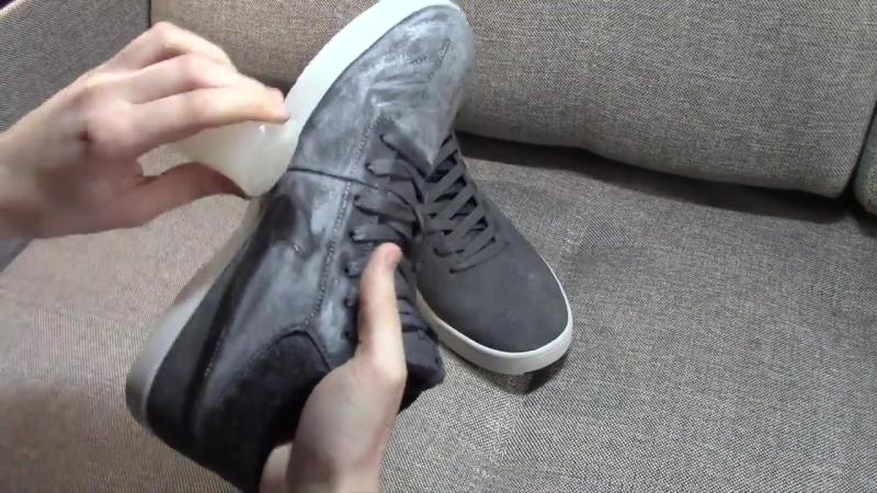 Намазать обычную обувь воском свечи – сохранить ноги сухими.
