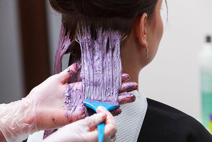 Парикмахер покрасил девушку, а через час она стала лысеть