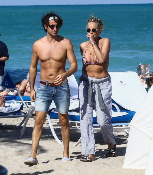 #News Шэрон Стоун отдыхает на пляже с молодым бойфрендом и…кольцом на том самом пальце