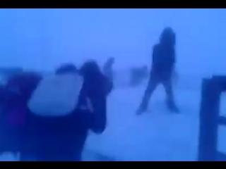 Дети возвращаются из школы в Якутии под ветром 100 км/час