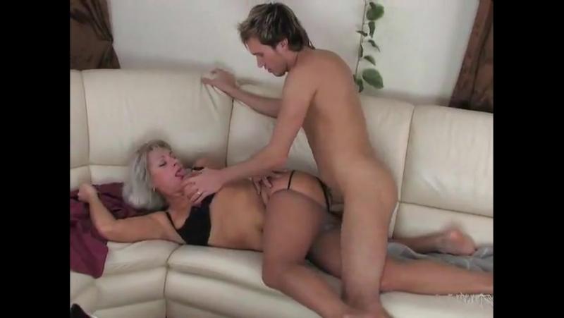 Сына попкой видео мама возбудила смотреть