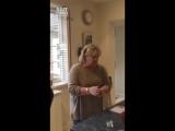Сын бросает яйца ничего не подозревающей маме