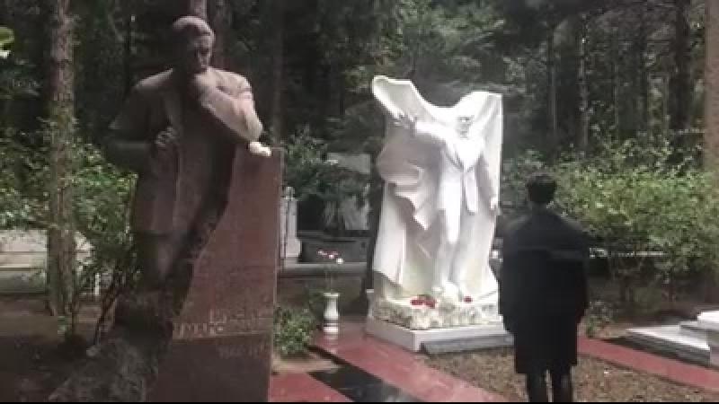 Никита у памятника М. Магомаева 4