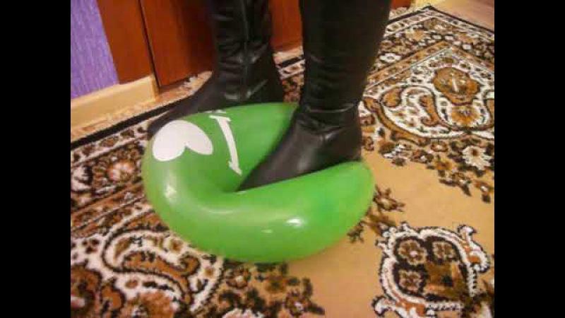 Девушка в кожаных ботфортах лопает 2 шарика / stomp pop 2 balloons with top leather Black boots.