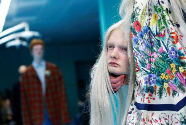 Модели со своими головами в руках на показе Gucci в Милане