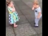 Целоваться это весело ! Дети целуются и смеются.