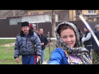 Красивые девушки с острыми казачьими шашками