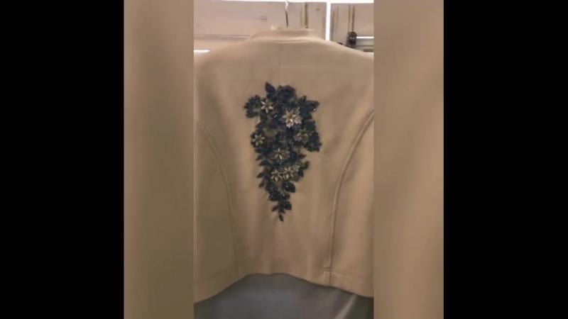 Костюм тройка🔥🔥🔥 из замши, ванильно-небесных оттенков , с красивейшими аппликациями 3D😍😍😍, и блузой из тонкого трикотажа с эффек