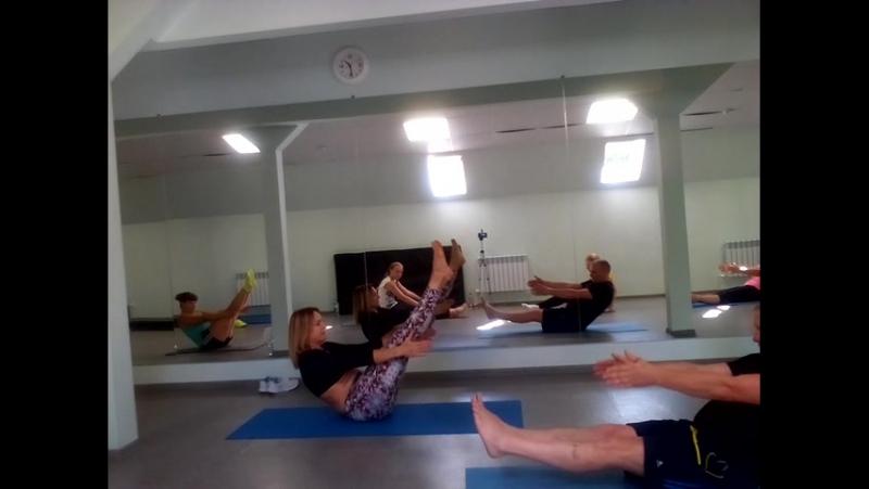У каждого занимающегося свой темп выполнения упражнения, поэтому в группах могут заниматься как люди с опытом, так и новички.