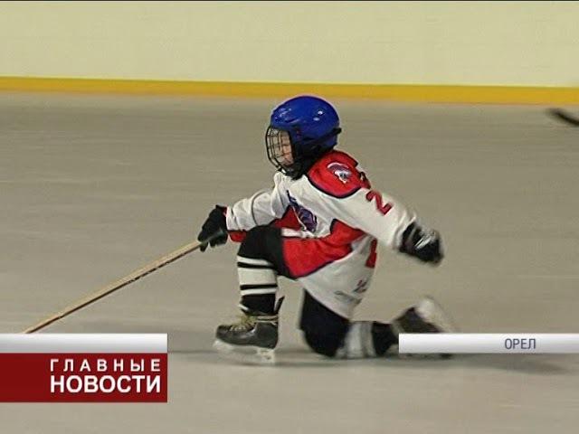 На катке, что на площади Ленина, прошла открытая тренировка юных хоккеистов.